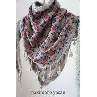 花柄の三角スカーフ
